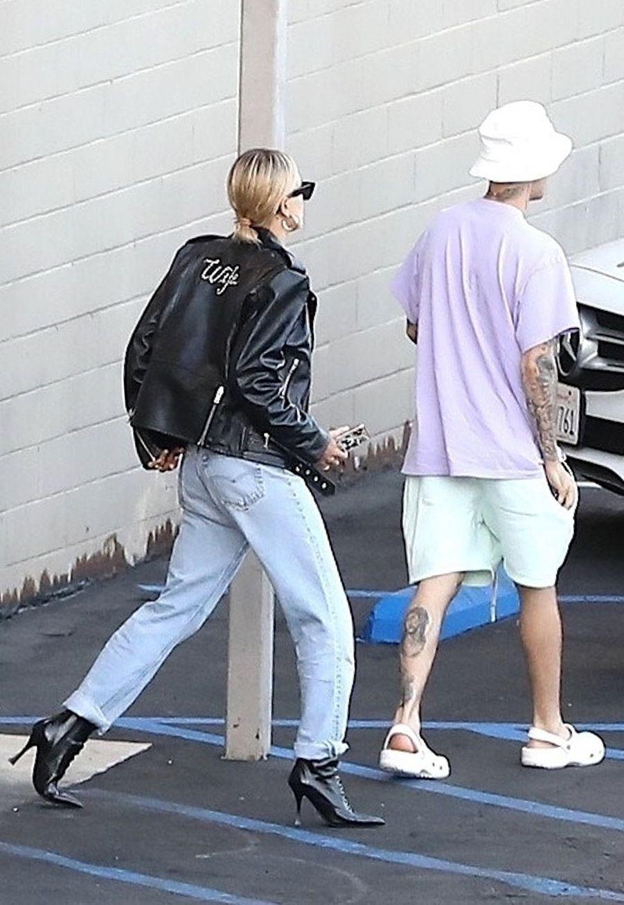 Hailey (portant un blouson en cuir Celine) et Justin Bieberà Los Angeles le 2 octobre 2019