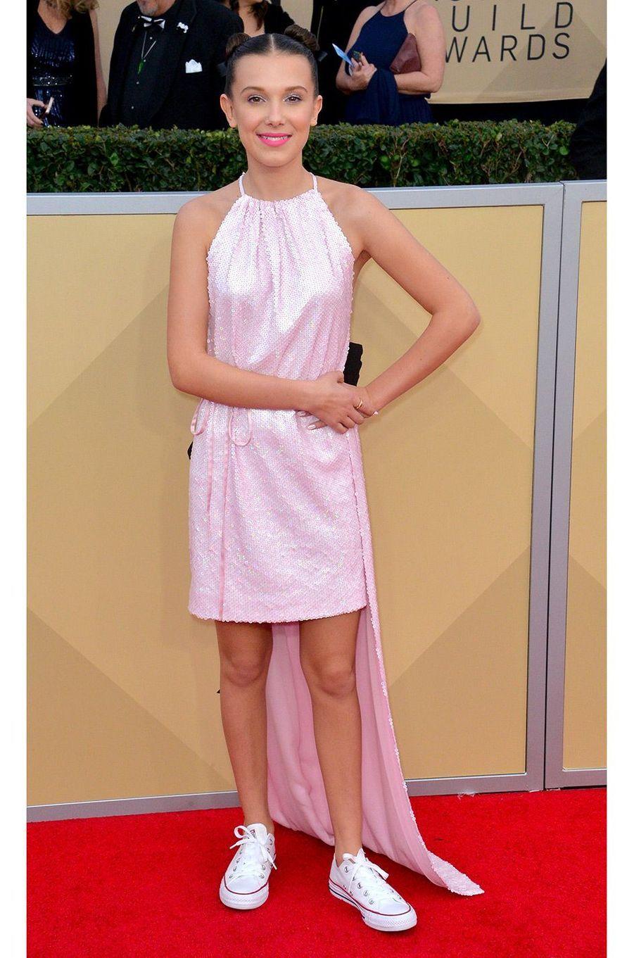 Millie Bobby Brown en Calvin Klein (et Converses)
