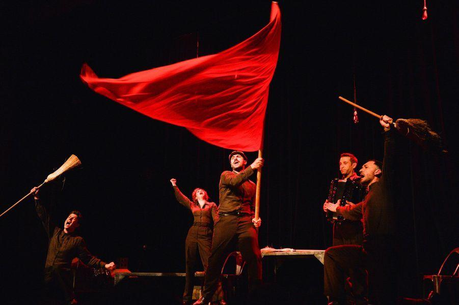 Le spectacle retrace le destin du chanteur, de son enfance communiste à la gloire hollywoodienne