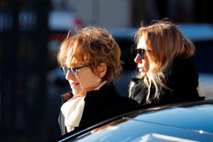 Nathalie Baye et Laura Smet arrive à la Madeleine pour l'hommage à Johnny Hallyday