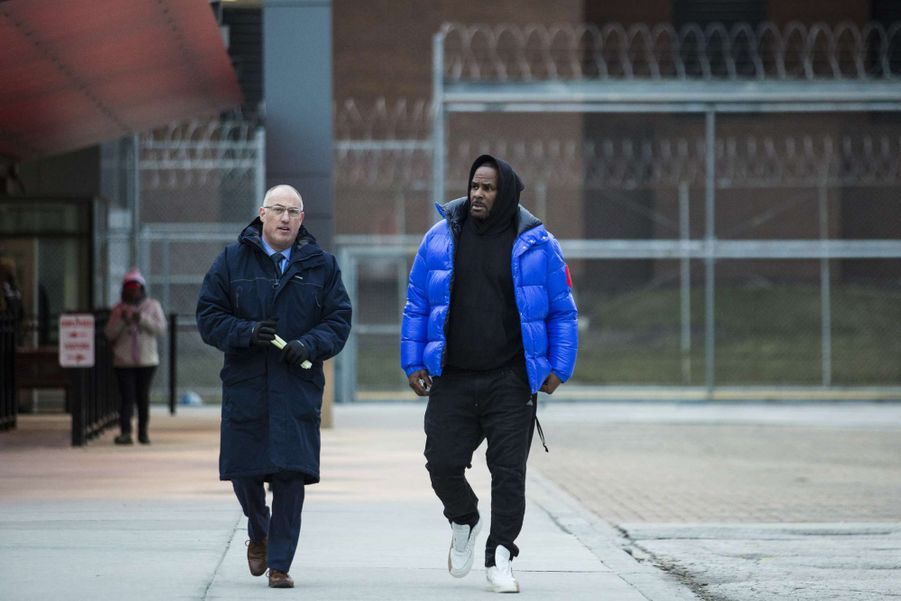 R. Kelly et son avocat Steve Greenberg à sa sortie de détention à Chicago le 25 février 2019