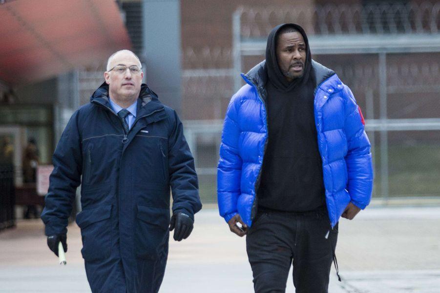 R. Kelly et son avocat Steve Greenberg à sa sortie de détention à Chicago le 25 février 2019