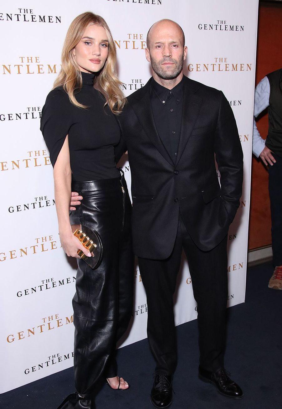 """Jason Stathamet sa compagneRosie Huntington Whiteley lors de la première du film """"The Gentleman"""" à Londres le 3 décembre 2019."""