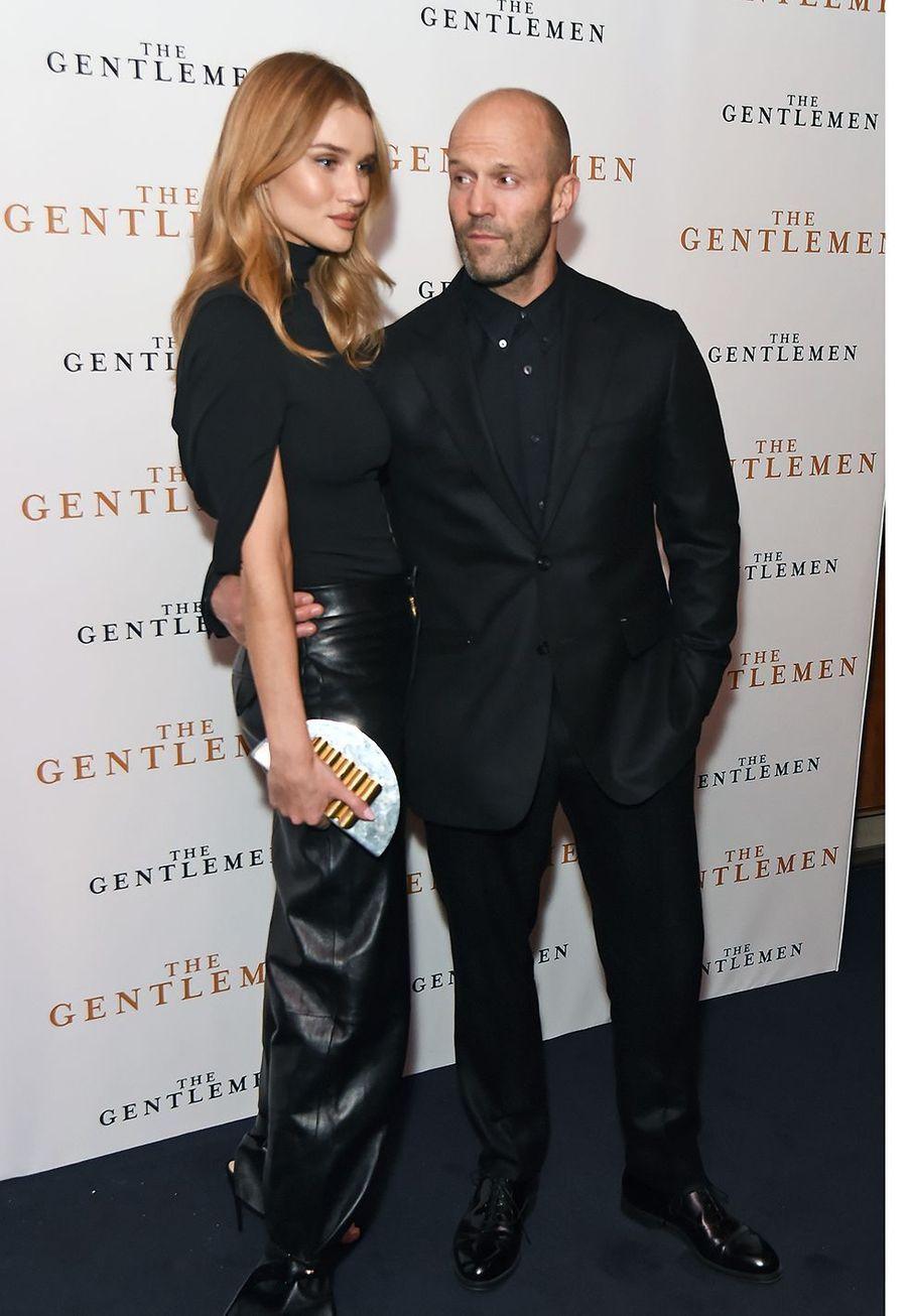 """Jason Stathamet sa compagneRosie Huntington Whiteley lorsde la première du film """"The Gentleman"""" à Londres le 3 décembre 2019."""