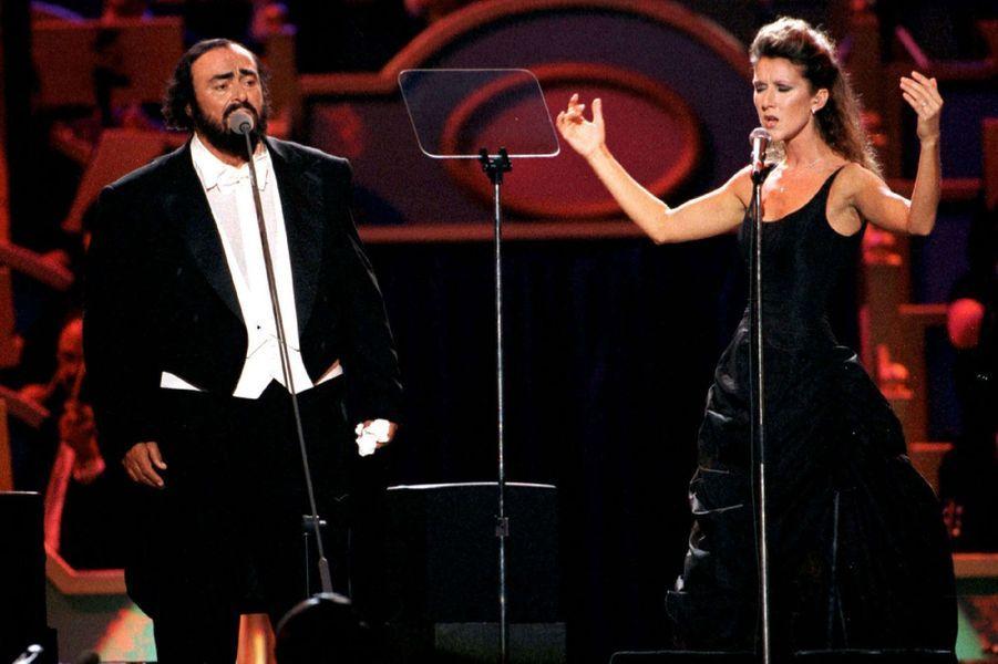 Céline Dion chante avec Luciano Pavarotti.
