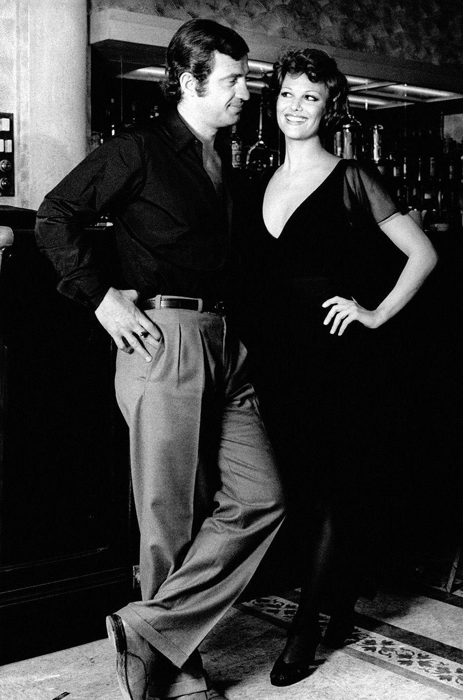 """Claudia Cardinale avec Jean-Paul Belmondo sur le tournage de """"La Scoumoune"""" en 1972."""