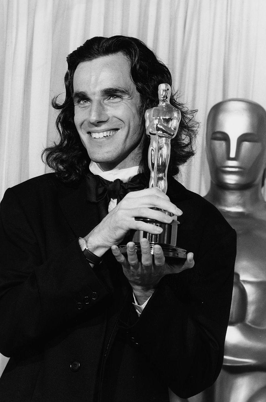 Daniel Day-Lewis remporte son premier Oscar du Meilleur acteur, 1990.