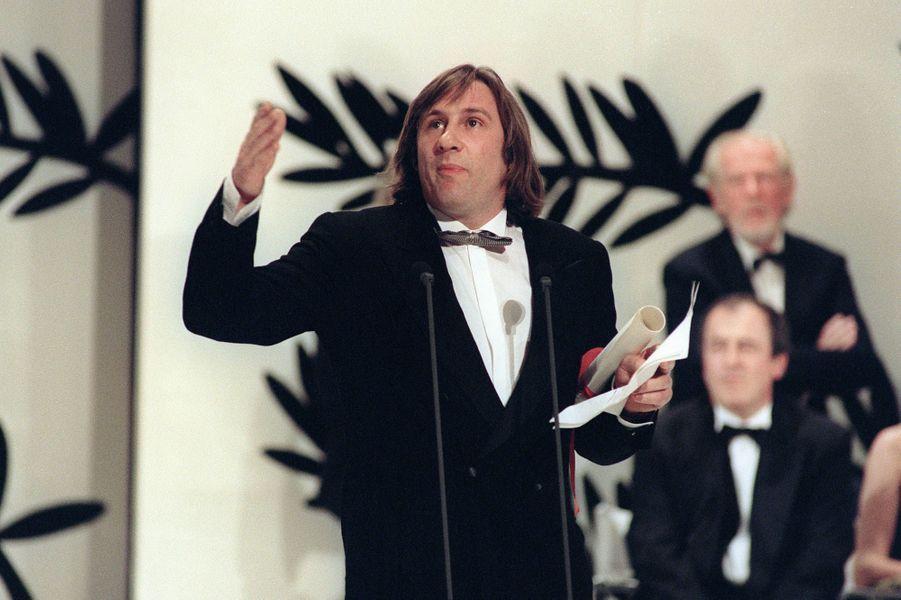 """Gérard Depardieu reçoit le prix d'interprétation masculine pour """"Police"""" à la Mostra de Venise en 1985."""
