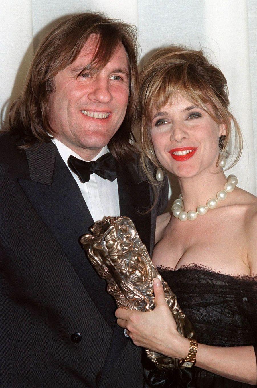 """Gérard Depardieu en compagnie de Rosanna Arquette après avoir reçu le César du meilleur acteur pour """"Cyrano de Bergerac"""" en 1991."""