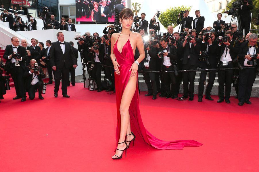 Festival de Cannes 2016: Les jambes de Bella HadidRobe rouge sur tapis rouge, beaucoup d'actrices l'ont fait. Aucune n'a été aussi remarquée que Bella Hadid. Dans sa robe fendue au décolleté plongeant, sans culotte et sans soutien-gorge, la it-girl a fait sensation pour sa première apparition au Festival de Cannes. L'année suivante, elle a récidivé: nue sous une robe fendue (blanche cette fois-ci).