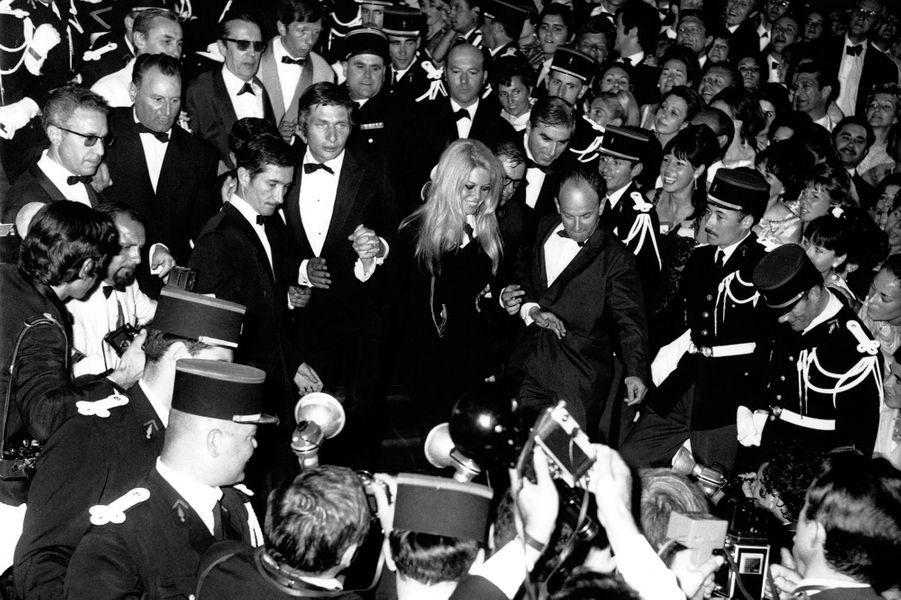 Festival de Cannes 1967: L'émeute de Brigitte Bardot«Indescriptible cohue, invraisemblable marée humaine», commentent les journalistes. Alors que Brigitte Bardot arrive en bas des escaliers du Palais des Festivals en 1969, c'est l'émeute. «Comment va-t-elle arriver jusqu'en haut?», se demandent les commentateurs. C'est finalement entourée de policiers que l'actrice réussit à traverser la horde de photographes affolés par l'apparition de BB après plusieurs années d'absence.