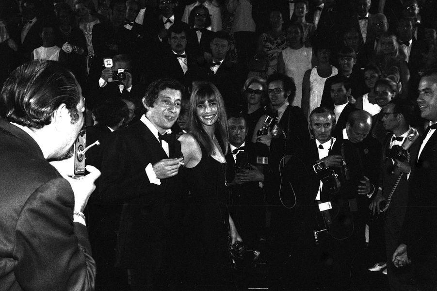 Festival de Cannes: 1969: L'érotisme de Serge Gainsbourg et Jane Birkin«69, année érotique», chantaient Serge Gainsbourg et Jane Birkin cette année-là. Et, effectivement, leur apparition cannoise le sera, érotique. Le chanteur français et l'actrice anglaise se sont rencontrés l'année précédente sur le tournage de «Slogan», de Pierre Grimblat, et sont devenus l'un des couples les plus médiatiques de l'époque. Leur passage sur la Croisette est épié par les photographes.