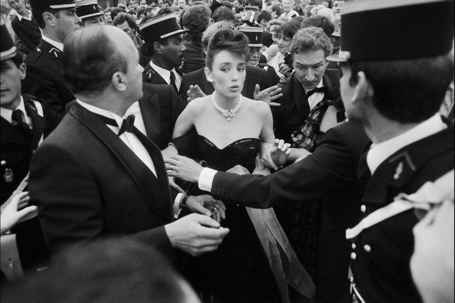 Festival de Cannes 1983: Le boycott d'Isabelle Adjani boycottéeLors du Festival de Cannes 1983, agacée par l'intrusion des photographes dans sa vie privée, Isabelle Adjani a refusé de se rendre au traditionnel photocall cannois après la conférence de presse présentant «L'été meurtrier», de Jean Becker. Les photographes se sont vengés en posant leurs appareils et en lui tournant le dos lors de son passage sur le tapis rouge.