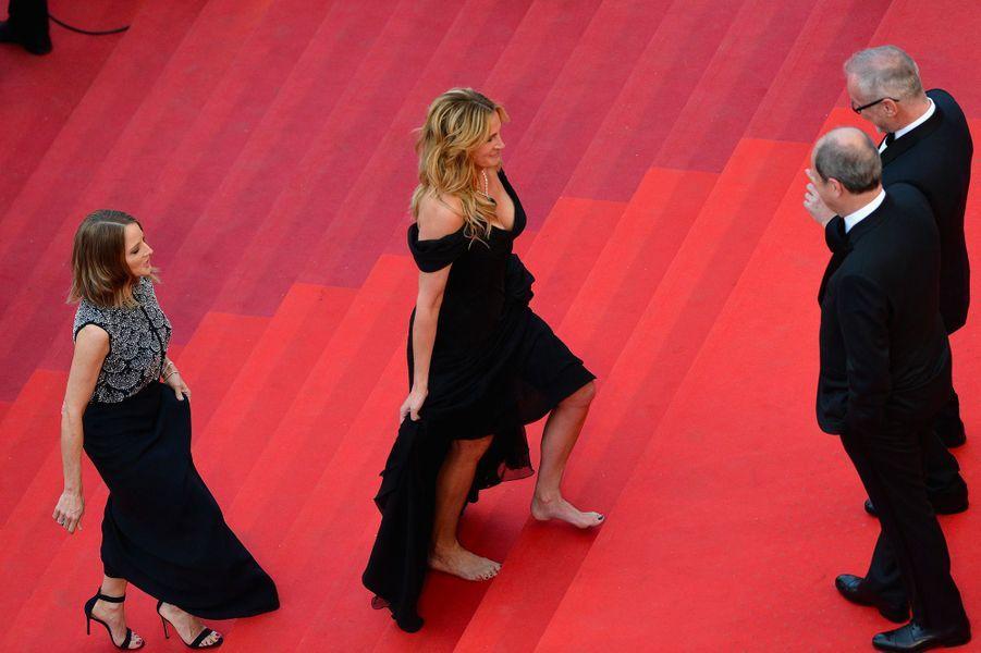 Festival de Cannes 2016 (bis): Les pieds de Julia RobertsPour sa tout première fois au Festival de Cannes, Julia Roberts s'est plié au dress code imposé: longue robe noire, bijoux resplendissants et talons hauts. Des talons hauts qu'elle a finalement enlevé arrivée en bas des marches. Au bras de George Clooney, elle a monté les vingt-quatre marches pieds nus. Peur de tomber?