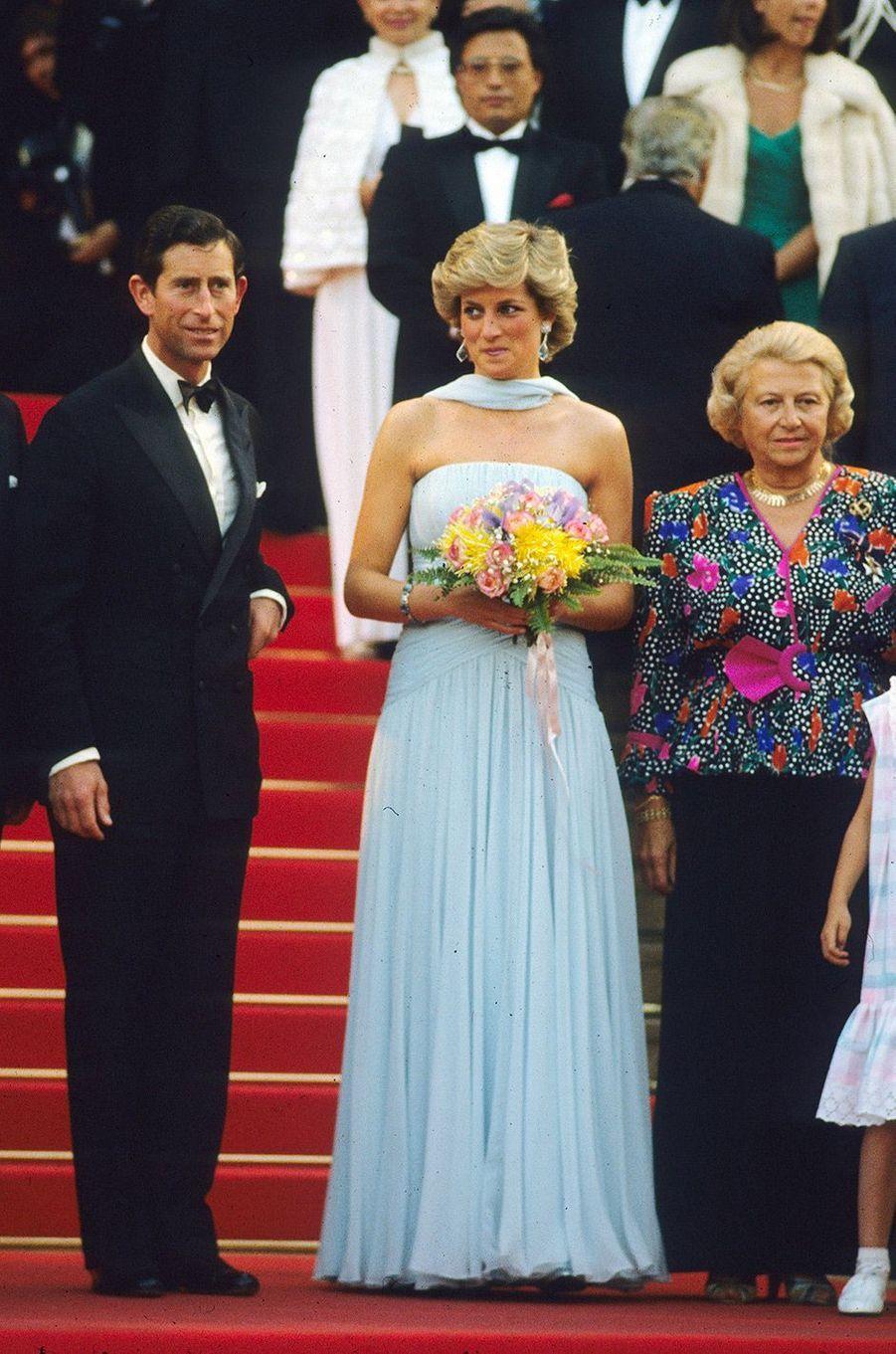 Festival de Cannes 1987: La montée des marches de Lady DianaLe Festival de Cannes à l'accent anglais. Le 16 mai 1987, Lady Di, accompagnée du prince Charles, monte les marches du Palais des Festivals dans une robe bleue ciel (signée Catherine Walker). Un véritable événement.