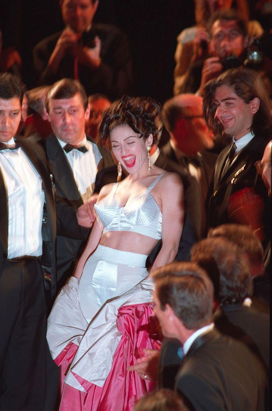 Festival de Cannes 1991: Le soutien-gorge de MadonnaLa provocation, c'est la passion de Madonna. Alors pour projection à Cannes du documentaire d'Alek Keshishian, «In bed with Madonna», la chanteuse a déclenché l'agitation. Elle a montée les marches portant le soutien-gorge conique (et iconique) signé Jean-Paul Gaultier, engendrait l'émeute sur le tapis rouge.