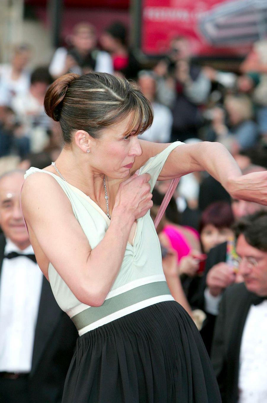 """Festival de Cannes 2005: Le """"nipplegate"""" de Sophie MarceauUn moment historique du Festival de Cannes: quand Sophie Marceau a perdu le haut. Alors que l'actrice posait devant les photographes en 2005, la bretelle de sa robe a accidentellement glissé, dévoilant son sein. Un moment (évidemment) immortalisé par tous les photographes. Sophie Marceau a récidivé en 2015, dévoilant cette fois-ci le bas, la brise cannoise ayant soulevé sa jupe fendue."""