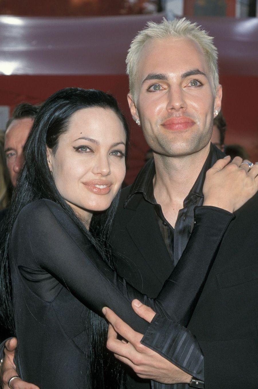 """72ème cérémonie des Oscars (2000)Moment étrange : sur le tapis rouge des Oscars, Angelina Jolie embrasse à pleine bouche son frère, James Haven, qui l'accompagne. Lors de son discours de remerciement pour l'Oscar de la meilleure actrice dans un second rôle pour """"Une vie volée"""", de James Mangold, elle déclare : """"Je suis choquée et je suis pleine d'amour pour mon frère actuellement... Il m'a pris dans ses bras et m'a dit qu'il m'aimait et je sais qu'il est heureux pour moi"""".(Photo : Angelina Jolie et son frère James Haven sur le tapis rouge des Oscars 2000)"""