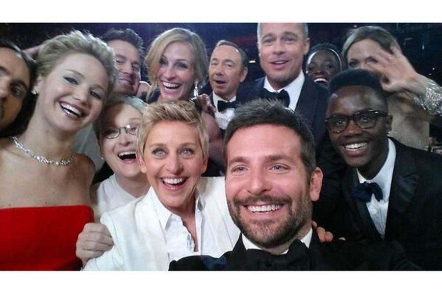"""86ème cérémonie des Oscars (2014)""""Si seulement les bras de Bradley Cooper était plus longs... Meilleure photo de tout le temps"""", commente Ellen DeGeneres qui présentait les Oscars en 2014. L'animatrice, avec l'aide de l'acteur a pris le selfie réunissant le plus de stars et le plus retweeté de tout les temps. Sur la photo : Bradley Cooper et Ellen DeGeneres donc, mais aussi Meryl Streep, Jennifer Lawrence, Brad Pitt, Angelina Jolie, Lupita Nyong'o ou encore Julia Roberts.(Photo : Le fameux selfie des Oscars 2014)"""