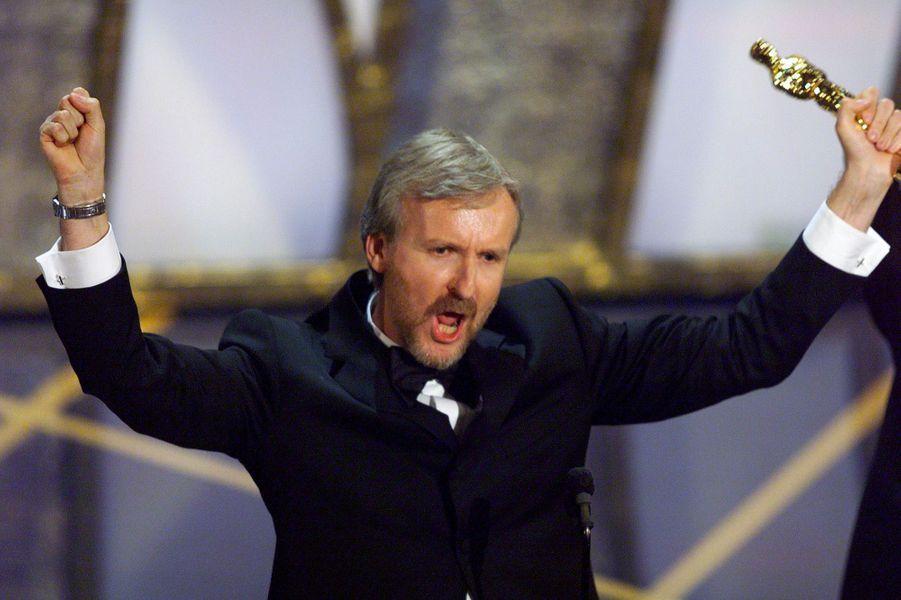 """70ème cérémonie des Oscars (1998)""""Je suis le roi du monde"""", crie James Cameron sur la scène des Oscars alors qu'il emporte la statuette du meilleur réalisateur pour """"Titanic"""". Ce soir-là, le film remporte 11 Oscars (sauf celle du meilleur acteur pour Leonard DiCaprio...), égalisant le recors de """"Ben Hur"""" en 1960.(Photo : James Cameron imite le personnage de Jack dans """"Titanic"""" sur la scène des Oscars en 1998)"""