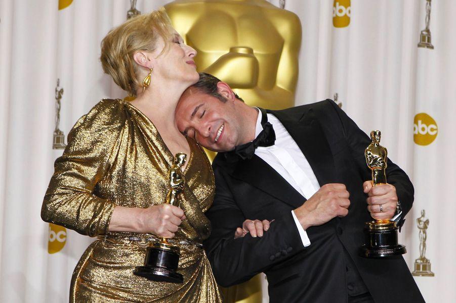 """84ème cérémonie des Oscars (2012)Jean Dujardin est le premier français a recevoir l'Oscar du meilleur acteur, pour son rôle (muet) dans """"The Artist"""", de Michel Hazanavicius. Le film est également récompensé de la plus prestigieuse des statuettes : meilleur film, une première pour un long-métrage français.(Photo : Jean Dujardin, meilleur acteur, s'amuse avec Meryl Streep, meilleur actrice en 2012)"""