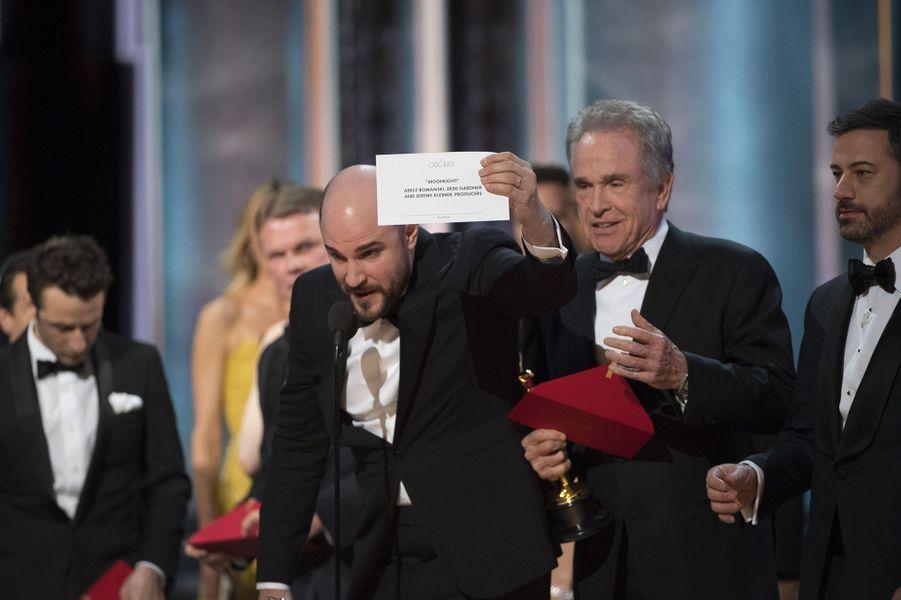 """89ème cérémonie des Oscars (2017)L'annonce du meilleur film est le moment culminant de la soirée de remise des Oscars. Et Faye Dunaway et Warren Beatty ont trouvé un moyen de faire durer le suspens quelques minutes de plus : annoncer le mauvais gagnant. Ce n'est pas """"La La Land"""", de Damien Chazelle, qui remporte la prestigieuse statuette mais """"Moonlight"""", de Barry Jenkins. L'erreur vient d'un problème d'enveloppe : c'est celle de la meilleure actrice, Emma Stone, qui a été donné aux deux présentateurs. """"Je suis désolé, il y a une erreur. 'Moonlight', c'est vous qui avez gagné"""", rectifie le producteur de """"La La Land"""", Jordan Horowitz. Faye Dunaway et Warren Beatty, remettront de nouveau en 2018 l'Oscar du meilleur film, mais ils ont promis de ne pas faire la même erreur.(Photo : Jordan Horowitz annonce que l'Oscar du meilleur film revient à """"La La Land"""")"""