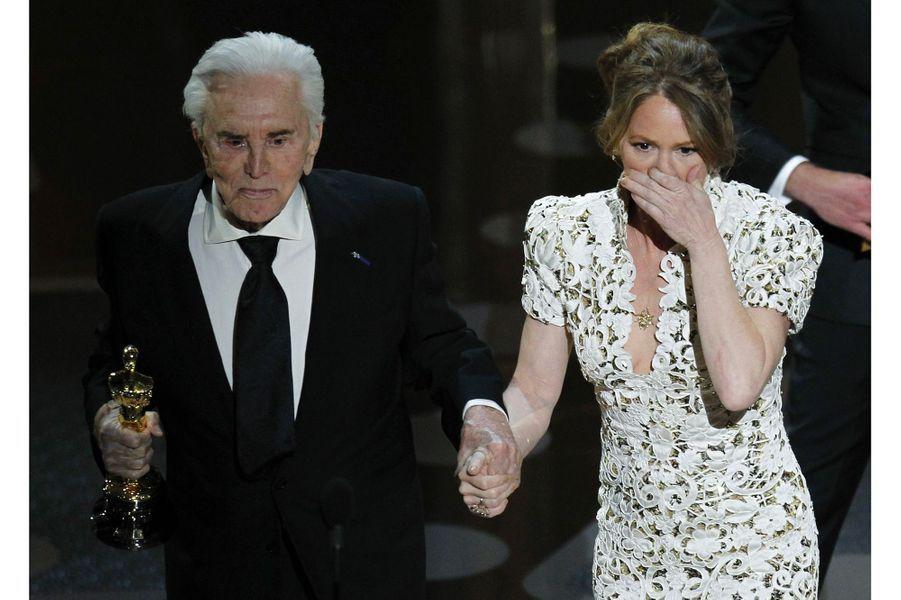 """83ème cérémonie des Oscars (2011)Il aura fallut attendre la 83eme cérémonie des Oscars avant que le mot """"fuck"""" soit prononcé. La fautive : Melissa Leo, prise par l'émotion, alors qu'elle reçoit l'Oscar du meilleur second rôle pour """"The Fighter"""".(Photo : Melissa Leo gênée aux côtés de Kirk Douglas pendant les Oscars en 2011)"""