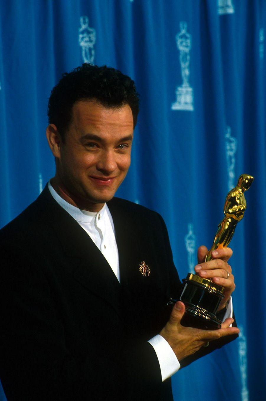 """67ème cérémonie des Oscars (1995)En 1994, Tom Hanks a reçu l'Oscar du meilleur acteur pour son rôle dans """"Philadelphia"""", de Jonathan Demme. L'année suivante, il est de nouveau nommé, pour """"Forrest Gump"""", de Robert Zemeckis. Et il l'emporte. En 1999, il est encore nommé, pour le film """"Il faut sauver le soldat Ryan"""", de Steven Spielberg, mais c'est Roberto Benigni qui l'emporte.(Photo : Tom Hanks sacré meilleur acteur pour la deuxième année consécutive, Oscars 1995)"""