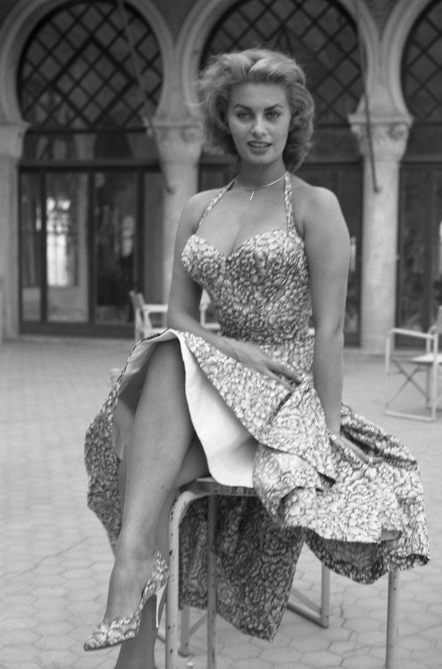Sophia Loren dans une robe fleurie en 1955.