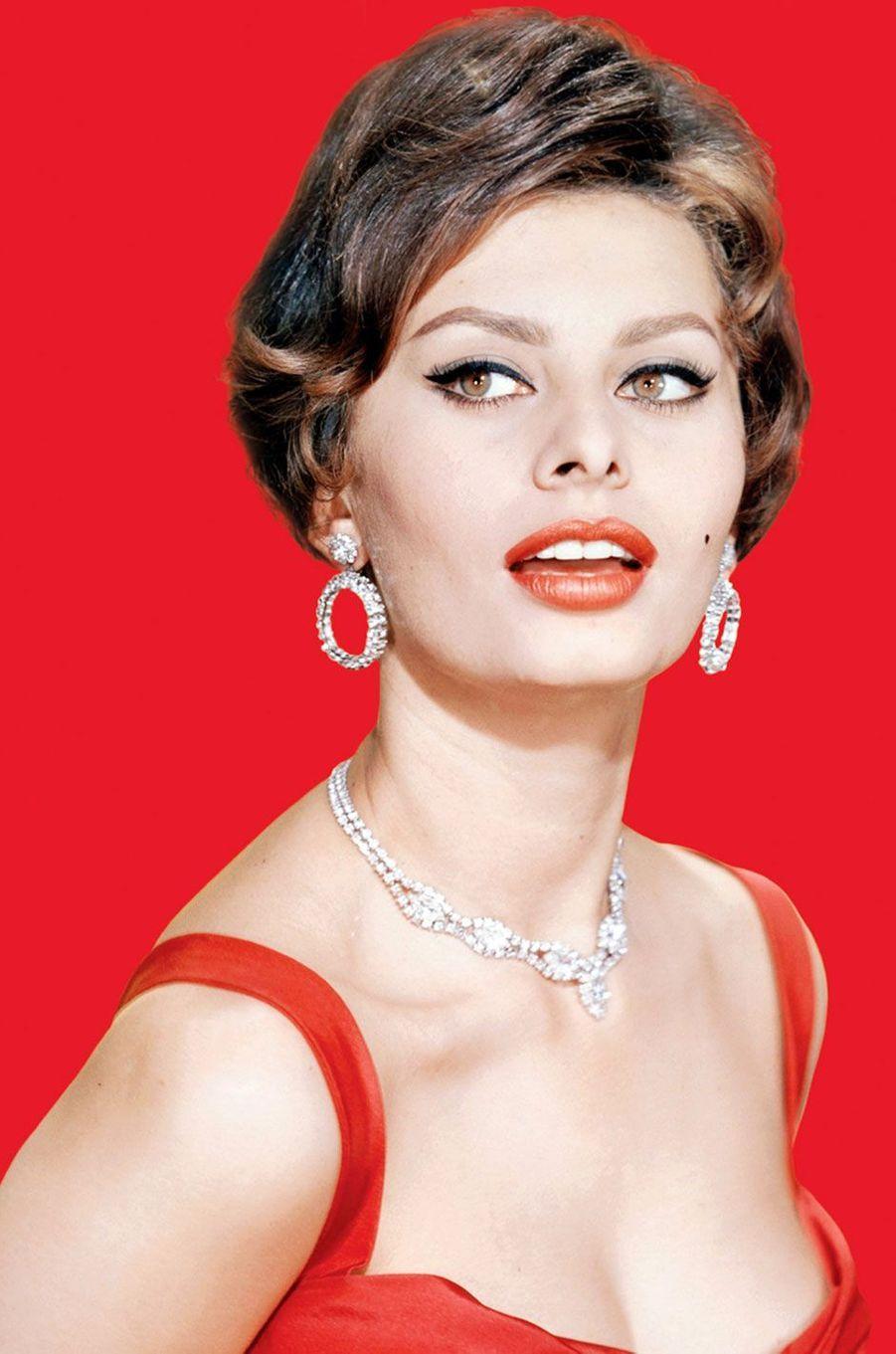 L'actrice Sophia Loren en rouge.