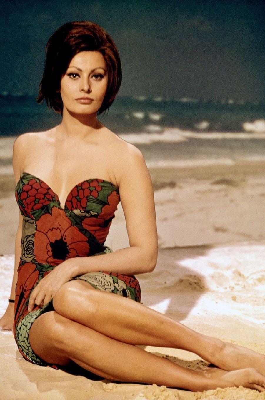 Sophia Loren en robe bustier.