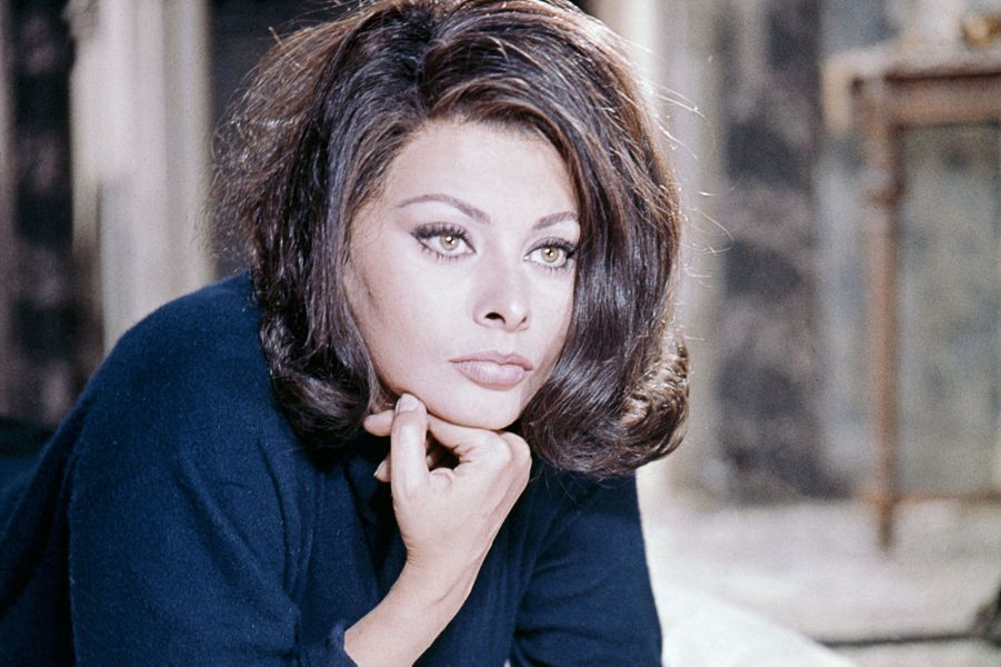 Sophia Loren pose sur un lit.