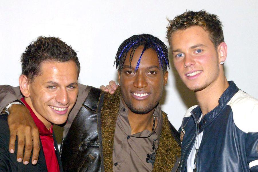 """Lionel Tim, Otis Guilon et Matt Pokora du groupe Linkup célèbrent leur victoire après la finale de """"Popstars"""" en novembre 2003 à Paris"""