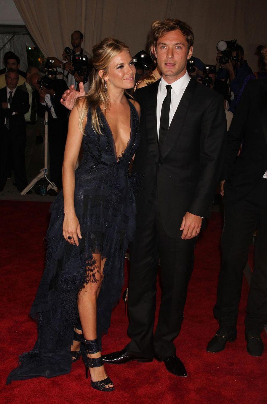 Sienna Miller et Jude Lawau Met Gala à New York le 3 mai 2010
