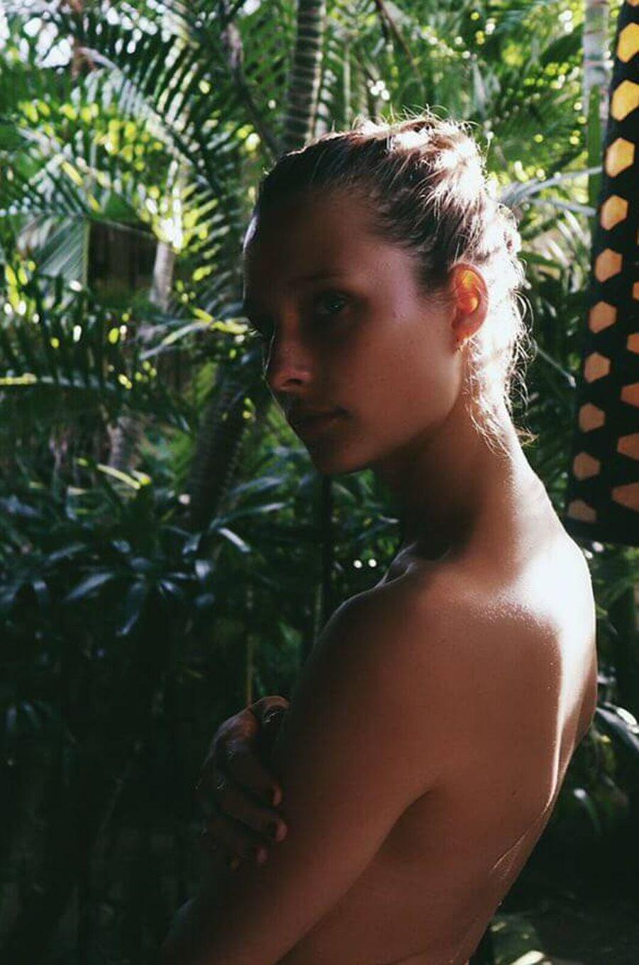 Ilona Smet topless à Bali, en juillet 2017.