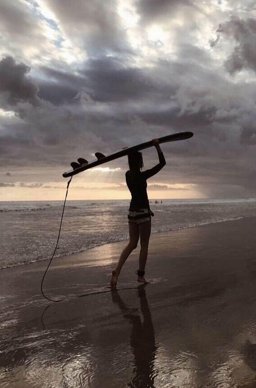 Ilona Smet fait du surf à Bali, en juillet 2017.