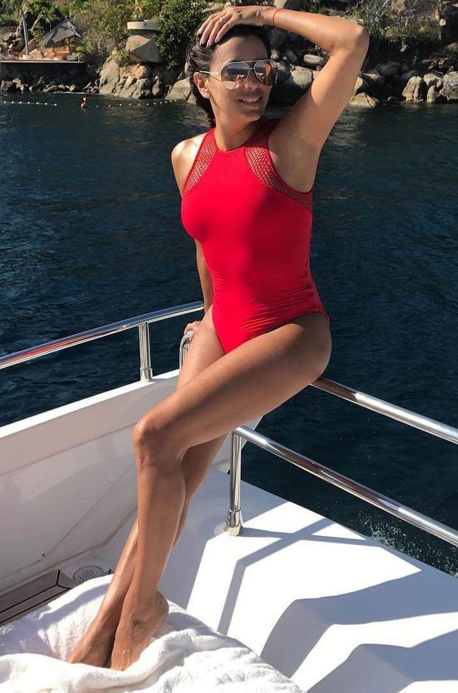 Eva Longoria pose sur un bateau