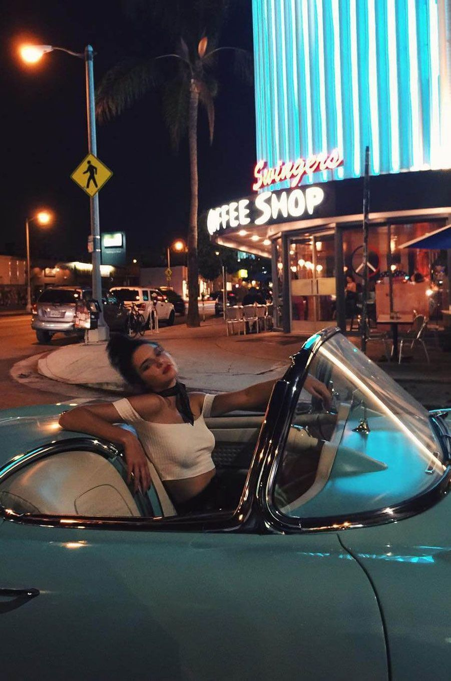 Kendall prend la pose au volant de son cabriolet.