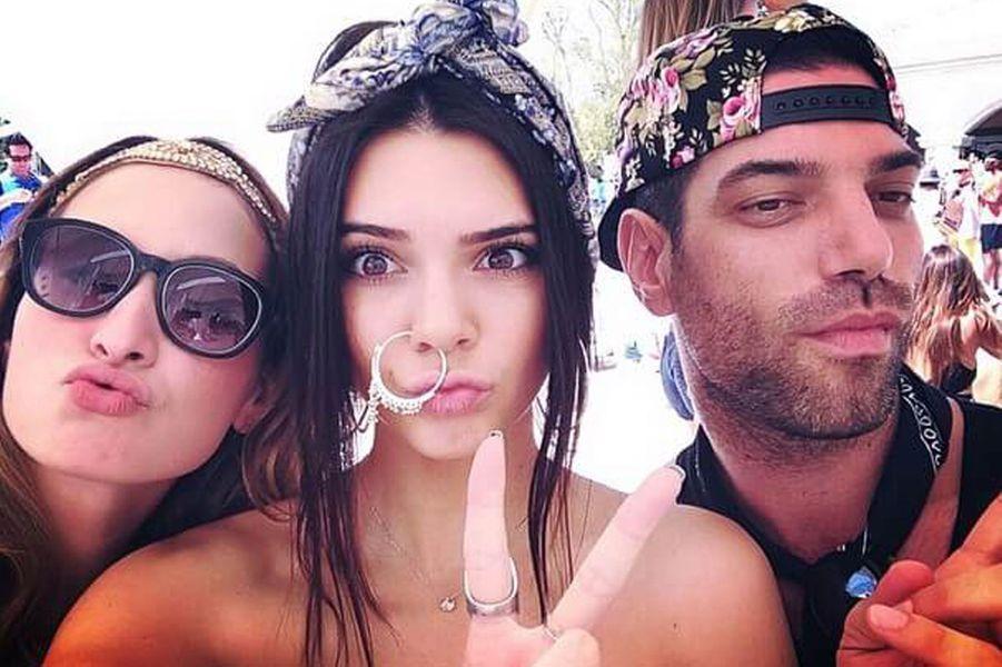 Kendall prend la pose à Coachella.