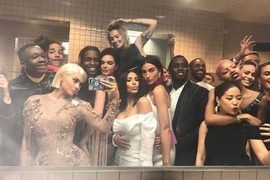 Kylie Jenner dans les toilettes du Met avec Kim Kardashian, Paris Jackson, Lily Aldridge, P.Diddy et bien d'autres
