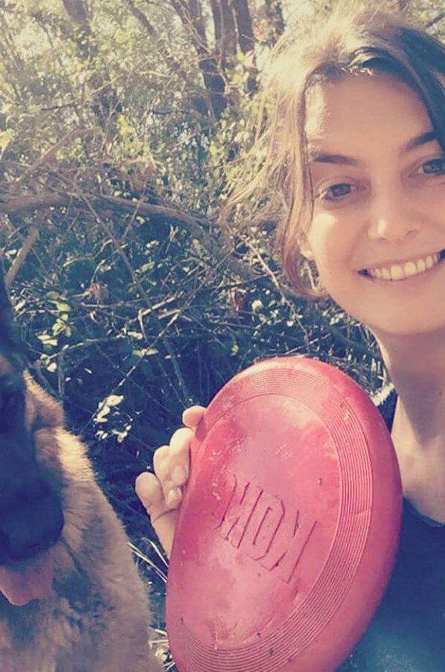 Laetitia Milot avec son chien.