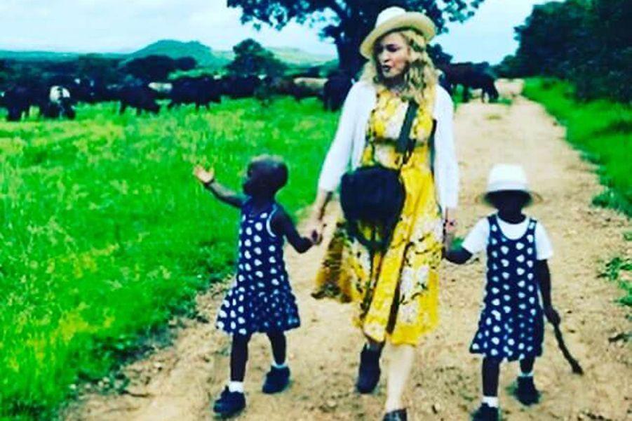 Madonna avec ses jumelles Esther et Stella.