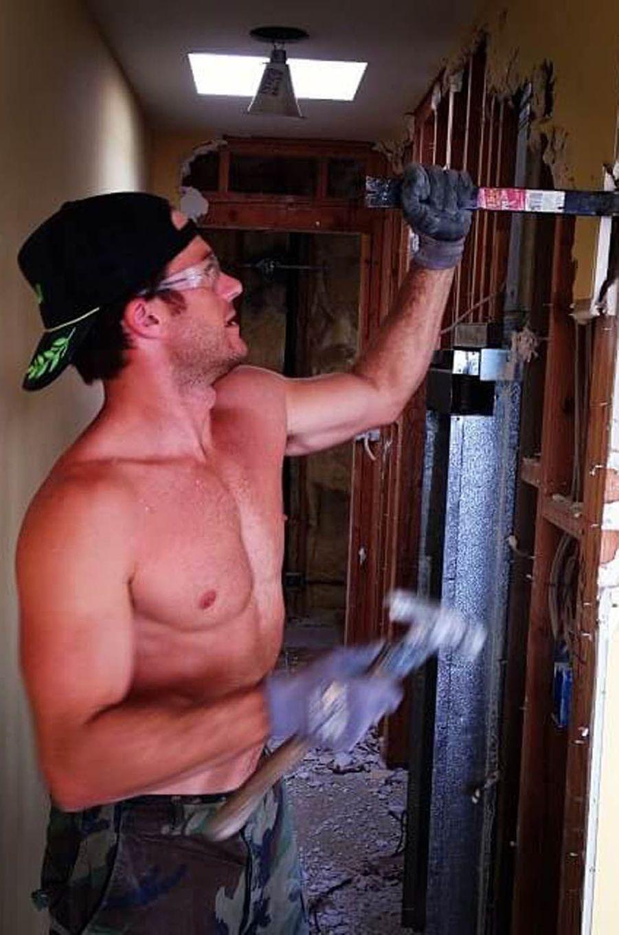 Scott Eastwood bricole dans sa maison.