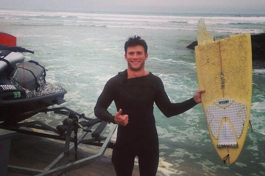 Scott Eastwood après avoir brisé sa planche de surf.