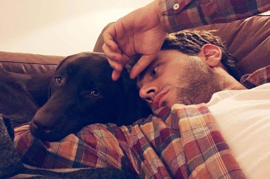 Avec son chien.