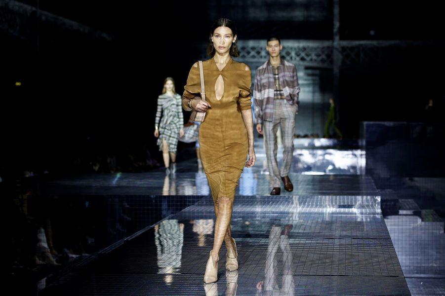 Bella Hadiddéfile pour Burberry lors de la Fashion Week de Londres le 17 février 2020.
