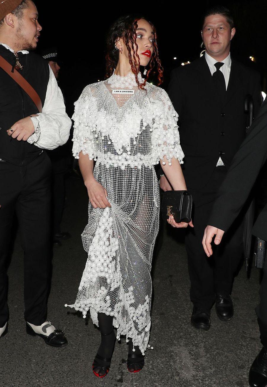 La chanteuse FKA Twigsarrive au défilé Burberry lors de la Fashion Week de Londres le 17 février 2020.