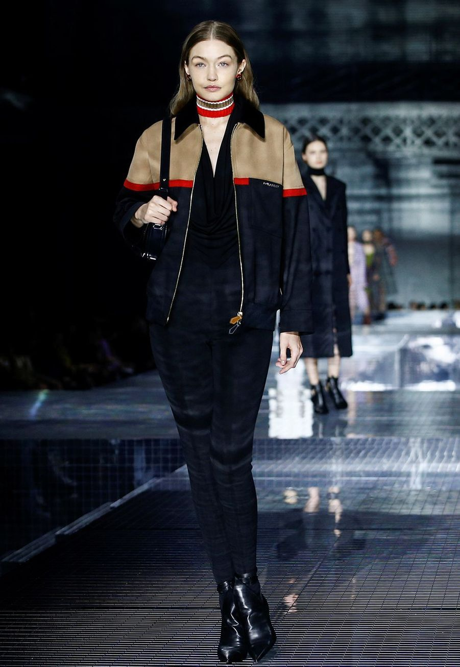 Gigi Hadiddéfile pour Burberry lors de la Fashion Week de Londres le 17 février 2020.