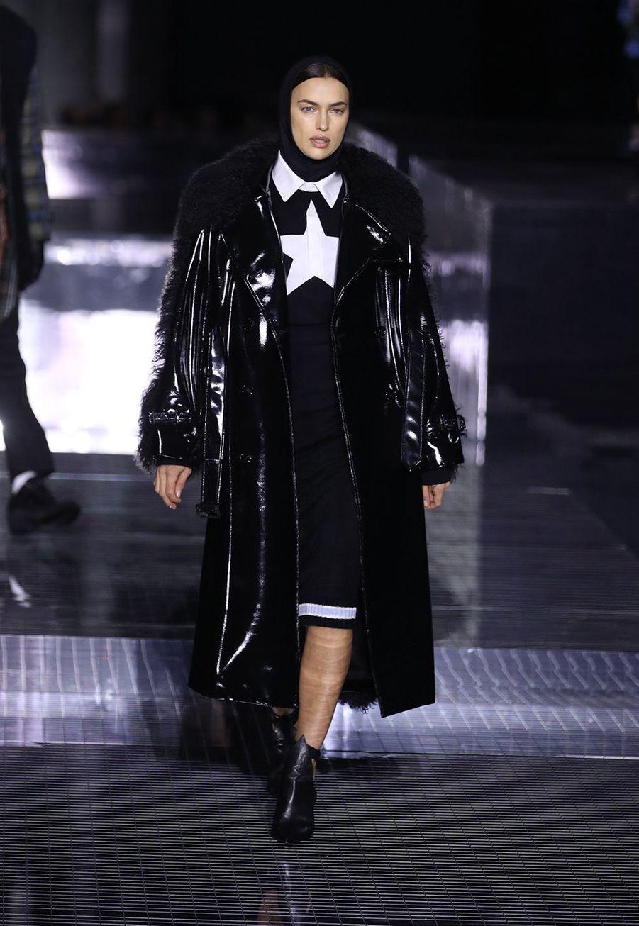 Irina Shayk défile pour Burberry lors de la Fashion Week de Londres le 17 février 2020.