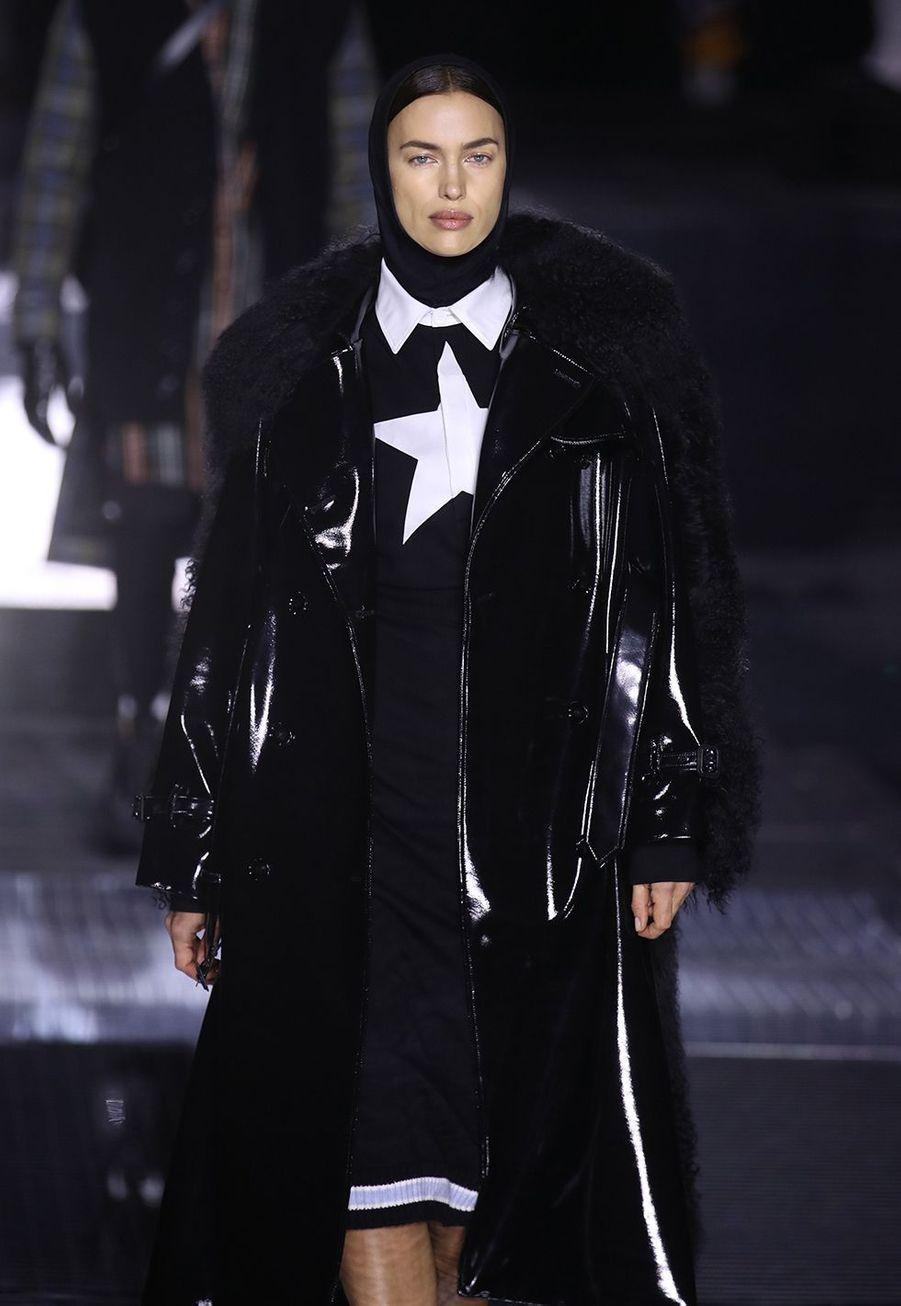 Irina Shaykdéfile pour Burberry lors de la Fashion Week de Londres le 17 février 2020.
